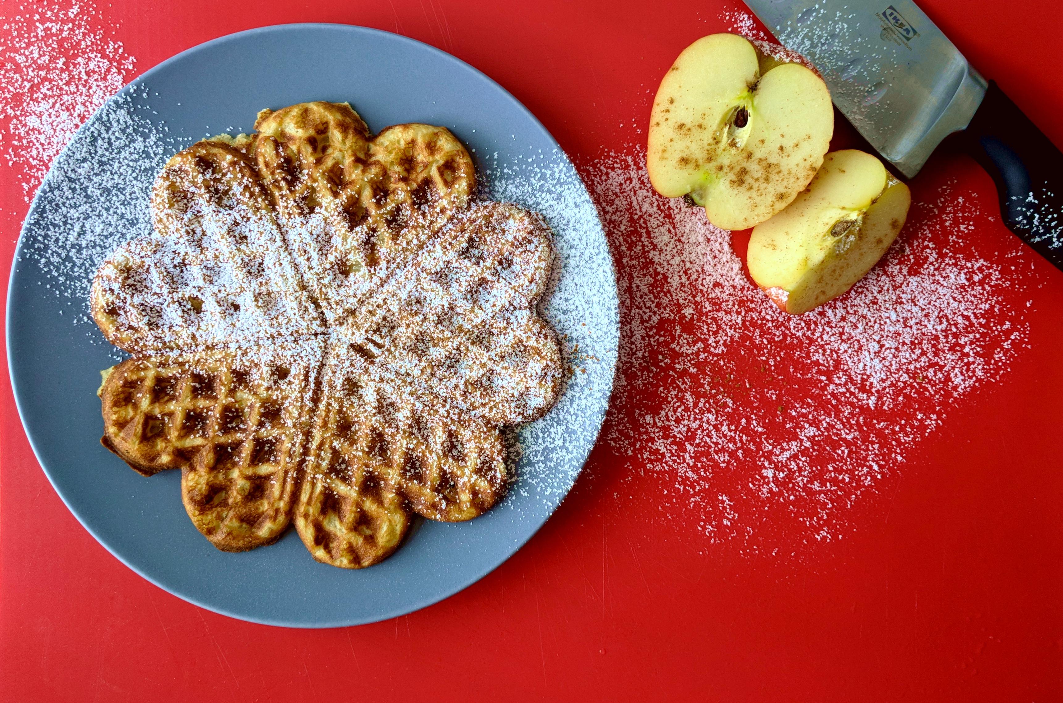 Buttermilchwaffeln mit Apfel und Zimt