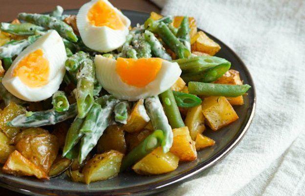 Kartoffelwürfel aus dem Ofen mit Bohnen und Ei